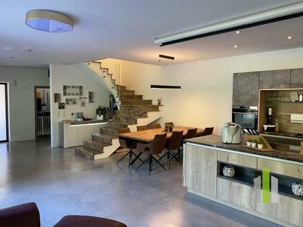 Architektonische Doppelhaushälfte am Waldrand