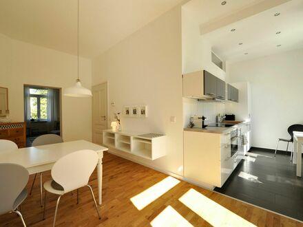 Lichtdurchflutete, neuwertige Altbauwohnung mit 20 qm Süd-Terrasse möbliert zu vermieten   Light-flooded apartment with big…
