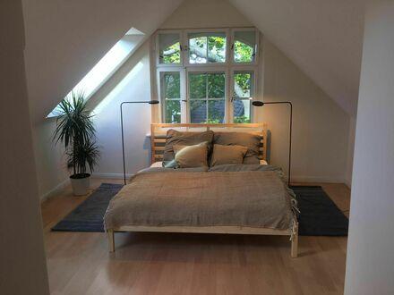Großzügige Dachgeschoßwohnung mitten im grünen Dahlem | Spacious apartment in the green Dahlem