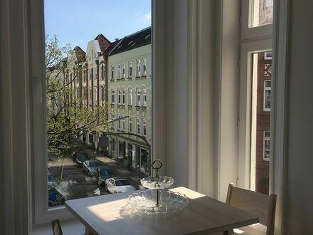 Lichtdurchflutete Altbauwohnung im Herzen Ottensens   Light-flooded, charming apartment with stucco ceilings in the heart…
