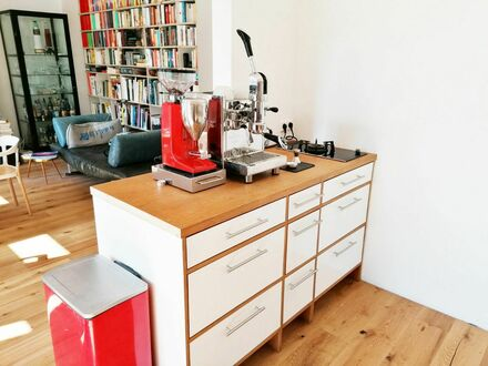 Hochwertig ausgestattete, helle Altbau-Wohnung direkt am Auwald | High quality furnished, bright and charming apartment,…