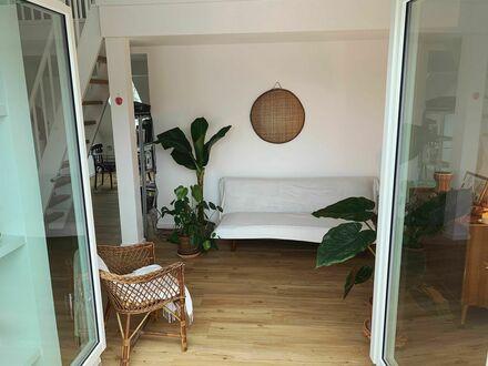 Helle, schicke Dachgeschosswohnung mit Balkon in Parknähe (Berlin)   Bright, fashionable attic mezzanine with balcony close…