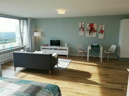 Lichtdurchflutete, moderne 1,5-Zimmer-Wohnung mit fantastischer Aussicht | Light-flooded, modern 1,5 room apartment with…