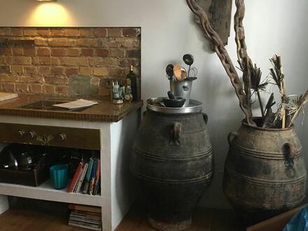 Individuell gestaltetes Atelier/Souterrain mit überdachter Terrasse & Garten | Mediterranean apartment in Düsseldorf with…