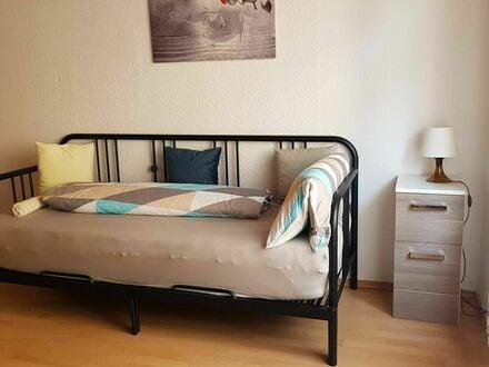 Liebevoll eingerichtete und schicke Wohnung mit Terrasse und guter Verkehrsanbindung   Lovingly furnished and chic apartment…