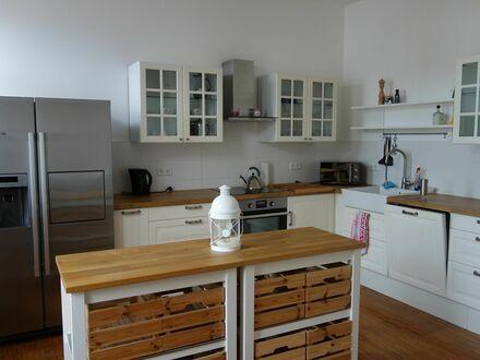 Charmante möblierte Wohnung in zentraler und ruhiger Lage mit großem Balkon | Central and quiet apartment w/ large balcony