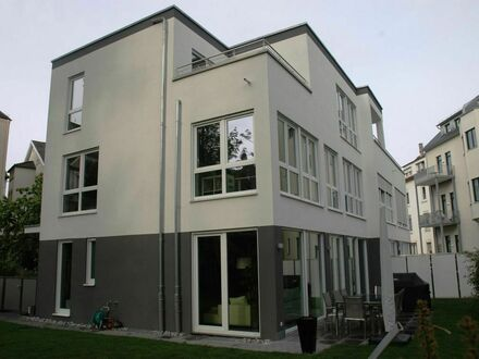 Modernes Haus mit Garten in der Stadtmitte | Modern house with garden in the city centre