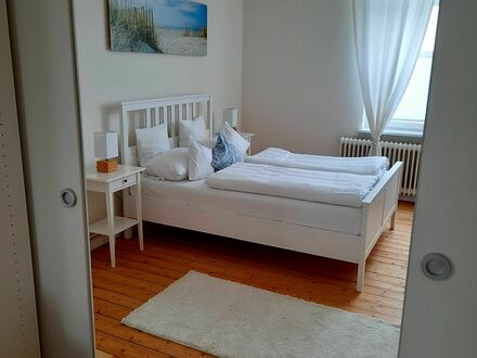 Charmante Wohnung mit angenehmer Atmosphäre | Spacious and bright suite in a pleasant location .