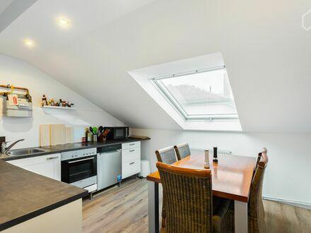 Helles und ruhiges Dachgeschoss-Apartment in Bestlage mit Wohnküche und Tageslichtbad | Bright and quiet top floor apartment…