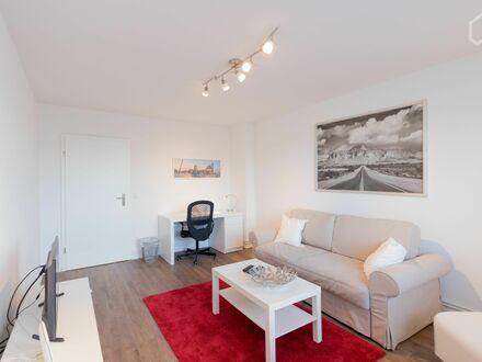 Zentral gelegene 3-Zimmer-Wohnung, umfangreich saniert | Bright and lovely loft in Eimsbüttel