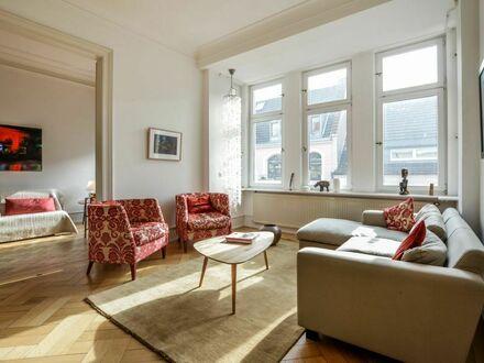 Hochwertig möblierte, moderne Altbauwohnung in ruhiger und bester Lage | High-quality furnished modern apartment, downtown…