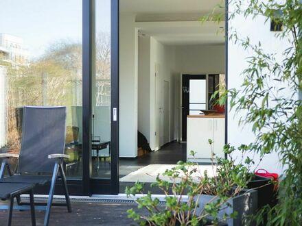 Schön designte und wundervoll gelegene Duplex-Wohnung mit Garten und Seeblick | Beautifully designed and wonderfully located…