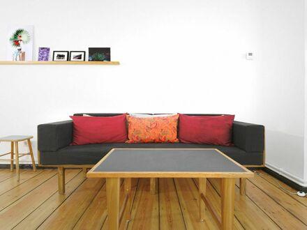 Charmante Künstler 3-Zimmer-Wohnung mitten in Neukölln mit Balkon (870) | Charming artist 2-bedroom-apartment in Neukölln…