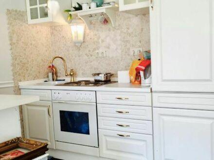 Moderne, schöne und sehr helle Wohnung mit Balkon sehr gute Lage und ruhig   Modern, beautiful and very bright apartment…