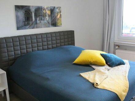 3-Zimmer mit Designermöbeln und Kunst, mit Kamin, toller Balkon, begehrte Lage | 3 rooms with designer furniture and art,…