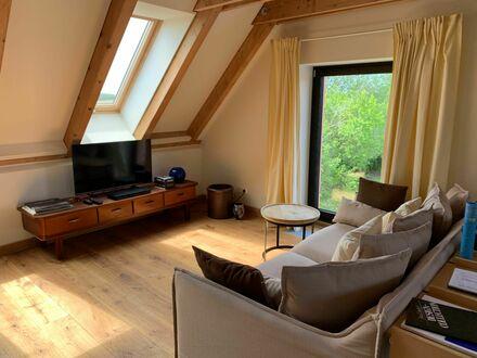 Geschmackvolles und gemütliches Dach-Apartment mit direktem Zugang zu unserem Salon und dem Park-Garten. | Stylish and cosy…
