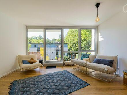 Lichtdurchflutete moderne Wohnung mit Blick in die Baumkronen | Bright and modern apartment with a view into the treetops