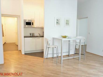 360 Grad Rundgang: Altbau-Charme + moderner Komfort in 2 Zimmer Single-Apartment mit hofseitigem Balkon in Grünlage