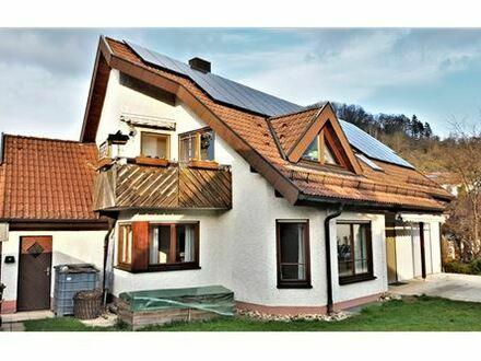 REMAX - Freist. 2-Familienhaus mit ELW und großem Garten in gesuchter Lage