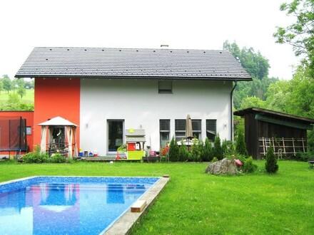 Hausansicht mit Pool