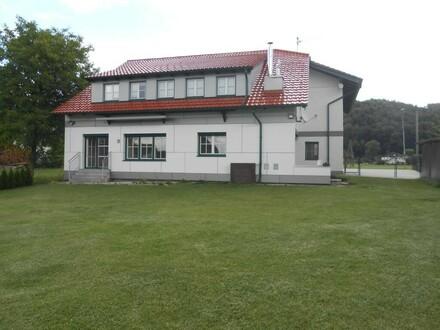 Ansicht mit Terrasse und Garten