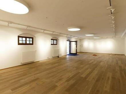 Großraumbüro oder Ausstellungsfläche mit Topausstattung