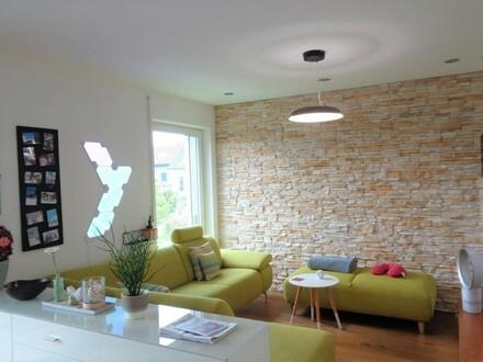 Neuwertige, schön ausgestattete Wohnung mit Garage