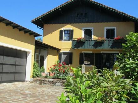 Landhaus in eindrucksvoller Dorfrandlage mit Reitstall und Einliegerwohnung