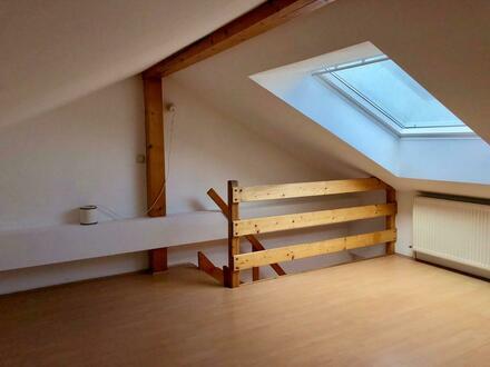 Sehr helle Dachgeschosswohnung - zentral!