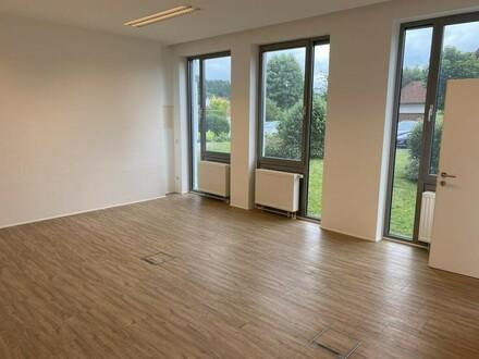 Lichtdurchflutete Büro/Geschäftsfläche
