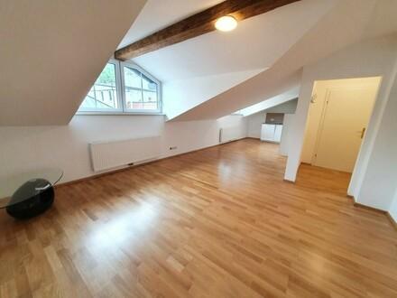 """""""Unterm Dach"""" Zwei Zimmer Altbauwohnung"""