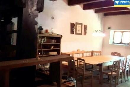 Presshaus mit Weinpresse