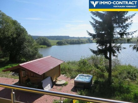 Junges EFHaus an einem Teich in Tschechien (Grenznähe)