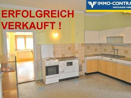 Geschlossener, grüner Vierkantinnenhof unter blauem Himmel - Großzügige Wohnräume - Gute technische Ausstattung