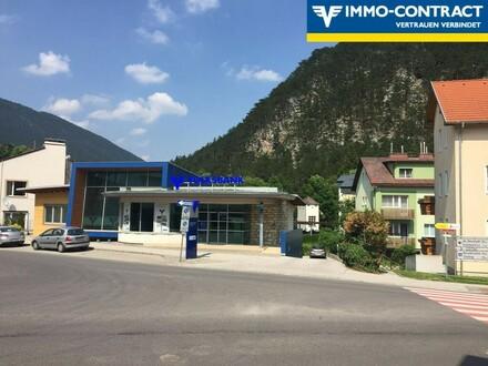 Modernes Bankgebäude sucht neue Aufgabe