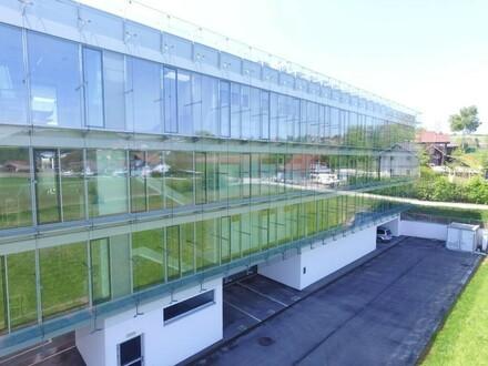 Modernes neuwertiges Bürogebäude im Grünen mit guter Anbindung zur A1