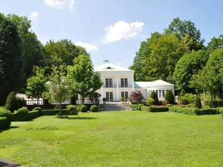 großes Grundstück in zentraler Lage mit Gebirgsblick - Villa und Badehaus