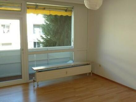 Salzburg/ Parsch: Hübsche Dachgeschoß-Wohnung mit kleiner überdachter Loggia, beste Grünlage