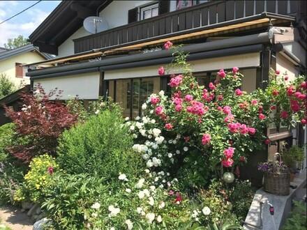 Wohnzimmer und Wintergartenblick