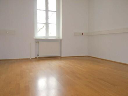 Helles Altbau-Büro mit Balkon im Linzer Zentrum / Stockhofviertel