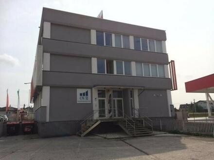 Helles, klimatisiertes ca. 260 m² großes Büro mit 8 KFZ-Abstellplätzen