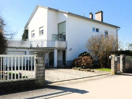 Schönes Ein-Zweifamilienhaus im Ortsgebiet mit 1.422 m² Grund, Pool, Gartenhaus, Garagen, ...