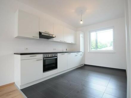 Neuwertige, helle Mietwohnung mit Küche, 14 m² großem Balkon sowie TG-Stellplatz