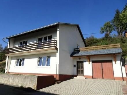 Sonniges Wohnhaus mit Aussicht auf Hanggrund