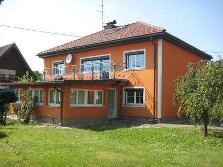 Zweifamilienhaus mit schönem Garten und Garage