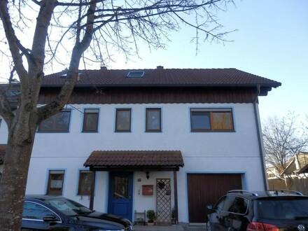 Schönes Mehrfamilienhaus mit drei Wohnungen in ruhiger Siedlungslage