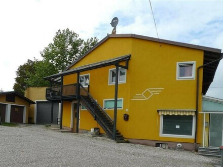 Haus mit einer 85m² Wohnung mit Garten, und 1 Gewerbeteil mit 85 m2 und Parkplätzen.