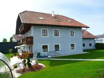 Geplegtes Mehrfamilienhaus mit Garagen und Werksta