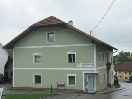Mehrfamilienhaus mit drei Nebengebäuden