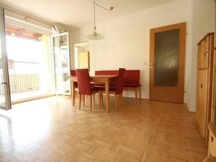 Wohnzimmer mit Zugang zur Küche und zur Loggia